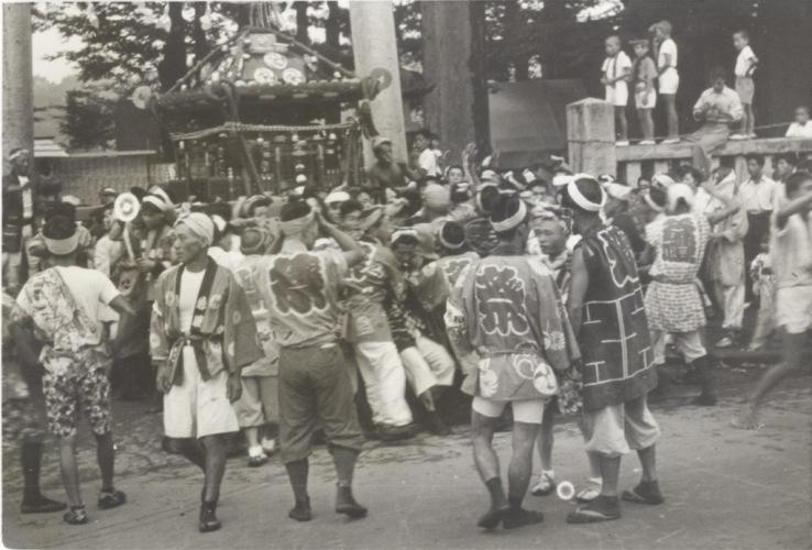 八坂神社の祭り 1954(5)宮神輿 - 鳥居前