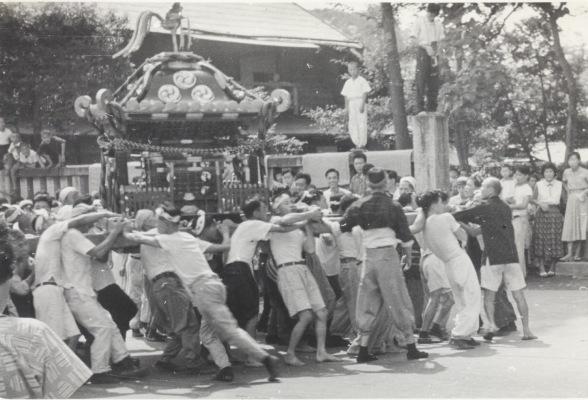 八坂神社の祭り 1955(32)宮神輿 - 鳥居前