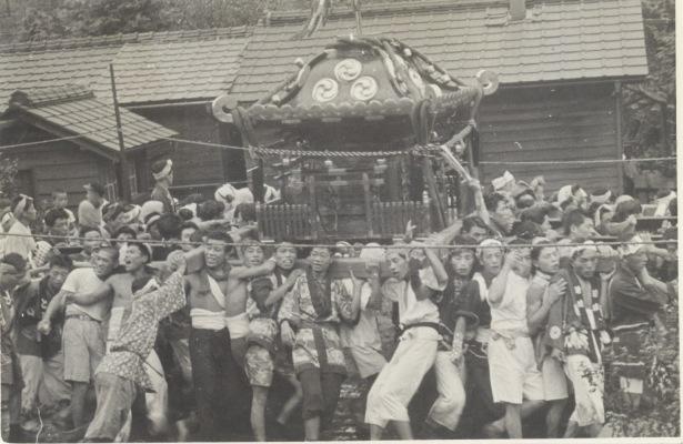 八坂神社の祭り 1955(18)宮神輿 - 旧日野駅官舎前
