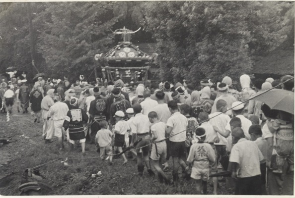 八坂神社の祭り 1955(20)宮神輿 - 飯綱権現社前