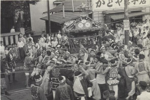 八坂神社の祭り 1955(28)宮神輿 - かどや菓子店前