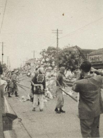 八坂神社の祭り 1956(14)ささら流し - つるや履物店前