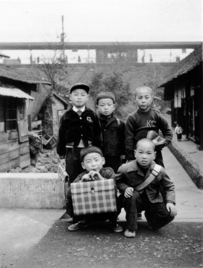 登校前の少年たち ‐ 日野駅ホームを背景に ‐ 昭和30年代初頭