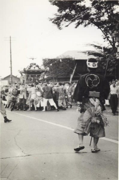八坂神社の祭り 1958(2)宮神輿 ‐ 鳥居前
