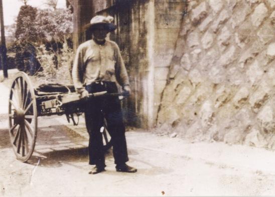 四ツ谷ガード下を行く老人 1955頃