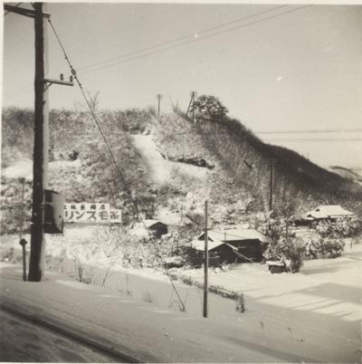 雪の朝、日野駅ホームより南西方面を望む  昭和30年代前半