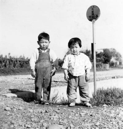 万願寺バス停 ‐ 幼児2人 昭和30年代中頃