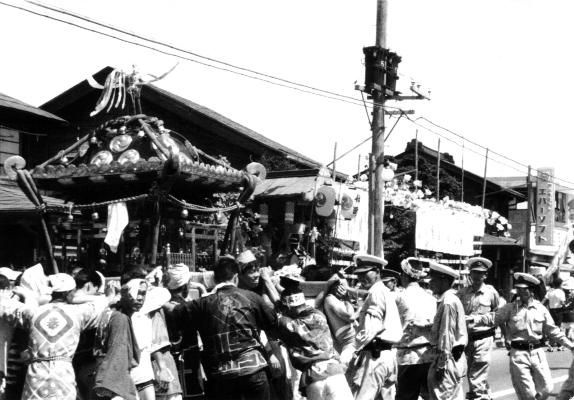 八坂神社の祭り ‐ 宮神輿 ‐ 柏屋前 昭和30年代中頃
