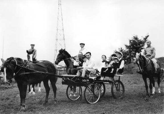 組合員の人たちと多摩川脇をドライブ 1959
