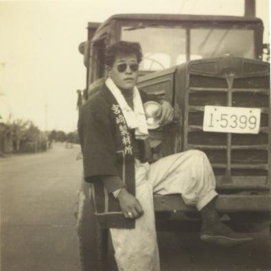 トラックと男性 ‐ 街道 昭和30年前後