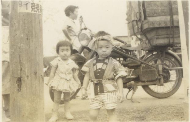 幼児2人とオートバイ 1958