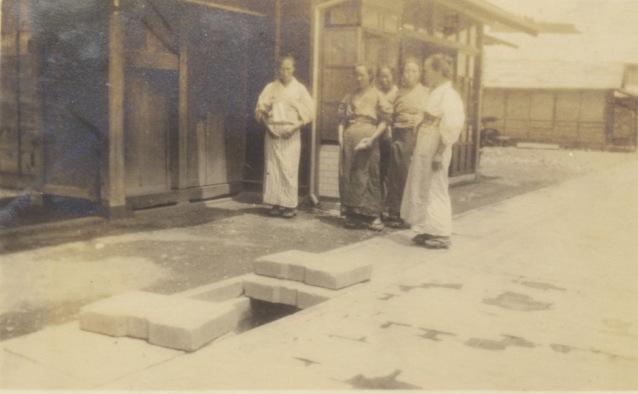 渡辺家(屋号「中村屋」)長屋門前 1933 - 女性5人