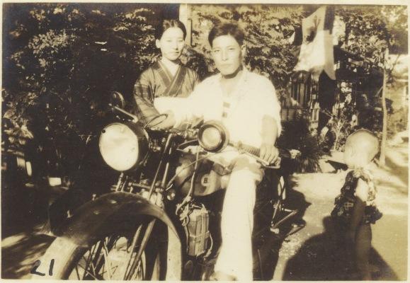 オートバイに跨る男性と女性と幼児