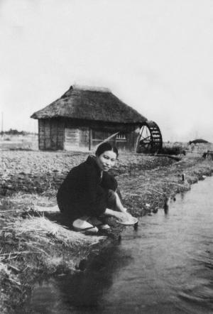 用水で洗い物をする女性 1937