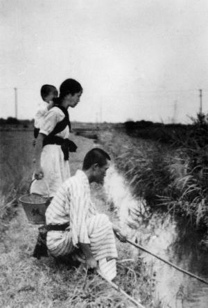 用水で魚とりをする人たち 1937