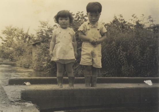 用水に架かる橋の上で ‐ 昭和30年代初頭
