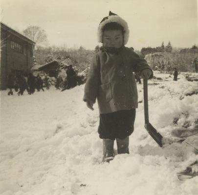 雪で遊ぶ幼児 昭和30年代初頭