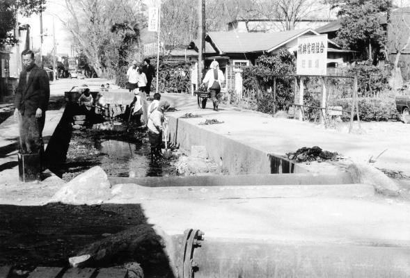 日野用水 1968 ‐ 振興信用組合駐車場前