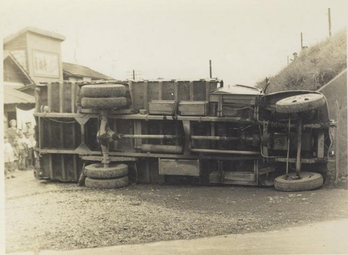 日野駅西 1954 - トラック転倒