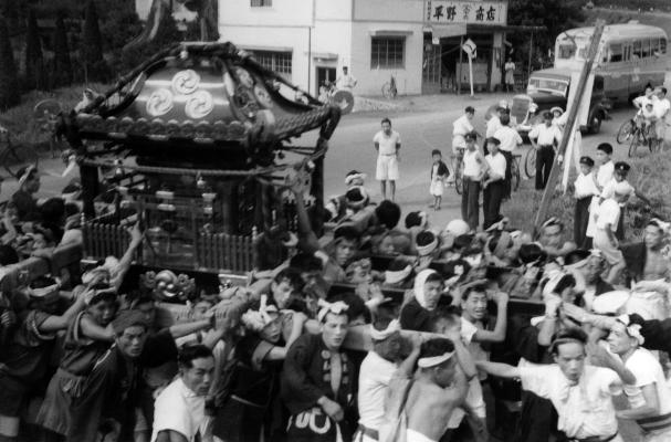 八坂神社の祭り ‐ 宮神輿 ‐ 日野駅西 昭和30年前後