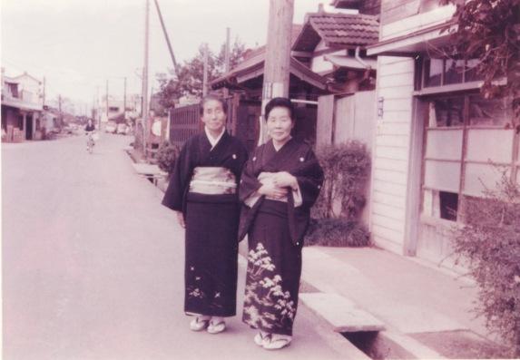 女性 2人 ‐ 日野写真館前 ‐ 西町