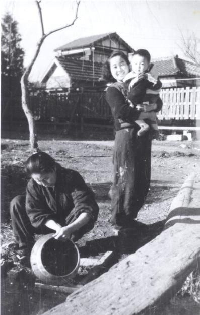 用水で洗い物 1948頃 ‐ 西町