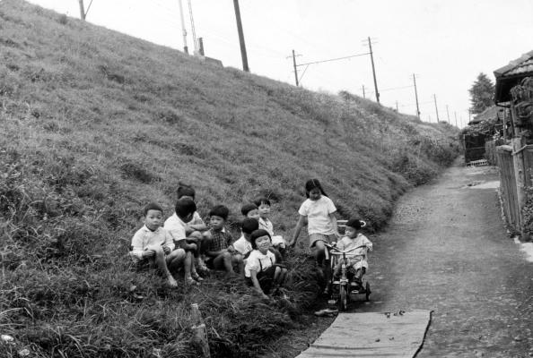 日野駅近くの土手で遊ぶこどもたち 1950年代