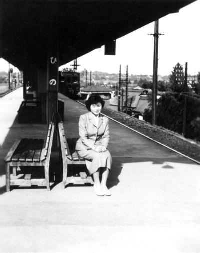 日野駅ホーム ‐ 女性