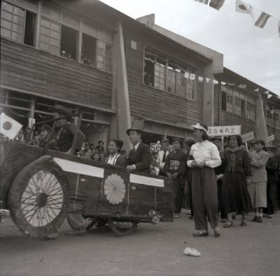 日野中学校創立5周年秋季大運動会 1952 (5)仮装行列
