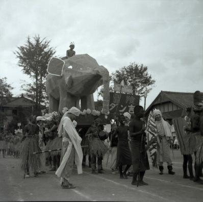日野中学校創立5周年秋季大運動会 1952 (6)仮装行列