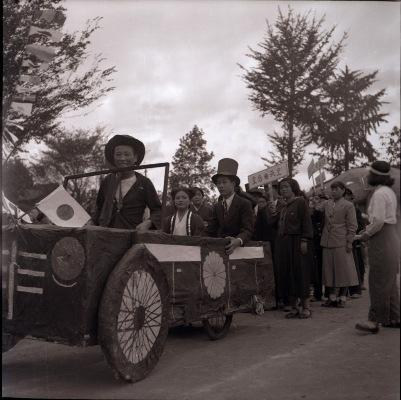 日野中学校創立5周年秋季大運動会 1952 (7)仮装行列