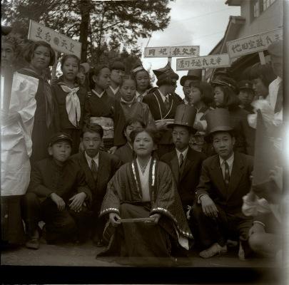 日野中学校創立5周年秋季大運動会 1952 (8)仮装行列