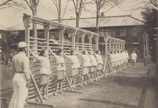 日野尋常高等小学校 卒業記念写真 1926(10)高等科卒女子体操