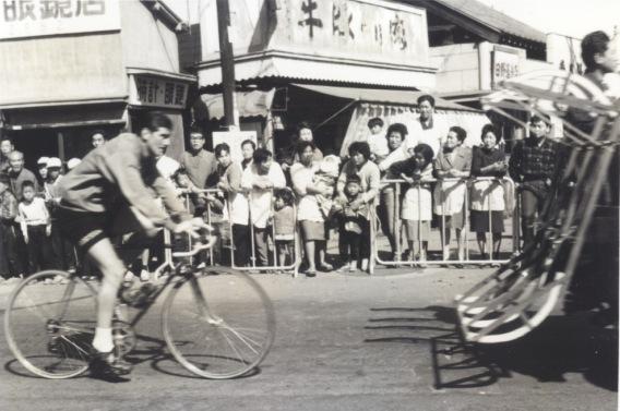 東京オリンピック 自転車競技 1964(23)福島時計眼鏡店前