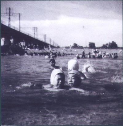 川遊び ‐ 多摩川鉄橋下流側 昭和30年代