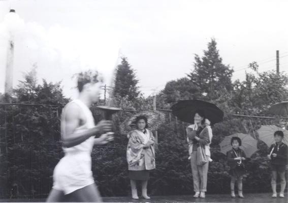東京オリンピック 聖火リレー 1964(20)藤野製パン工場脇