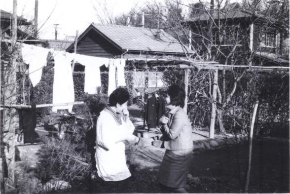 旧日野駅官舎 ‐ 女性2人 昭和30年代初頭
