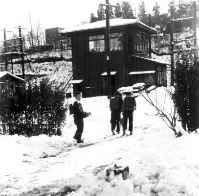 旧日野駅付近 1957 - 雪の日