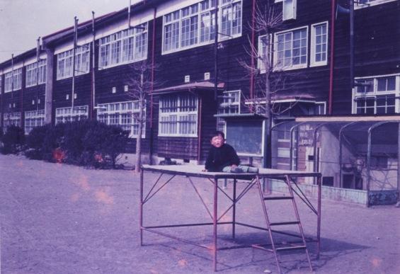 一小本校舎 - 南側 ‐ 子ども