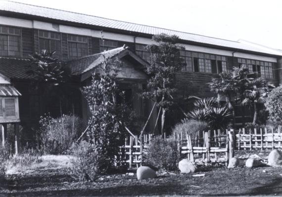 一小本校舎 ‐ 北側玄関