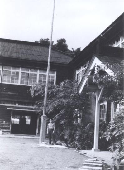 一中玄関 ‐ 国旗掲揚塔 1963頃