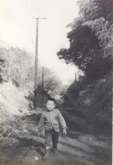 大昌寺坂を登る幼児