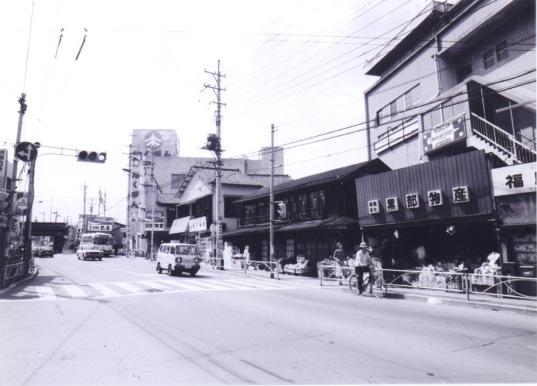 黒部物産前 1977 - 現日野駅前東交差点付近 -