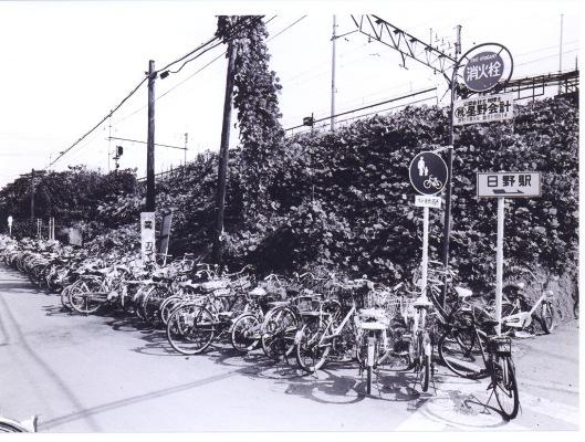 日野駅西側 ‐ 放置自転車 1977
