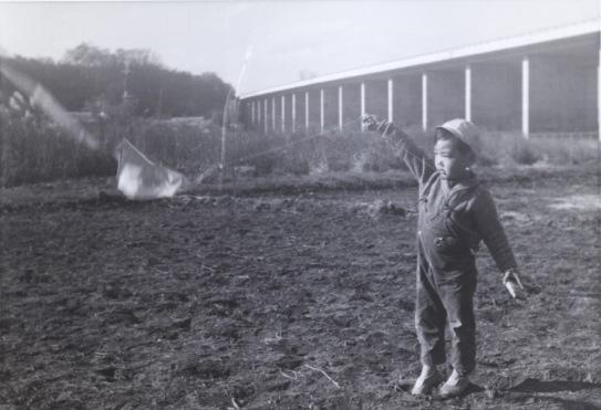 中央自動車道脇で遊ぶ子ども 1969