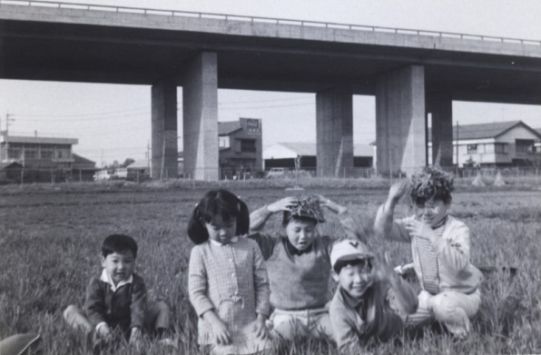 中央自動車道脇で遊ぶ子どもたち 1970