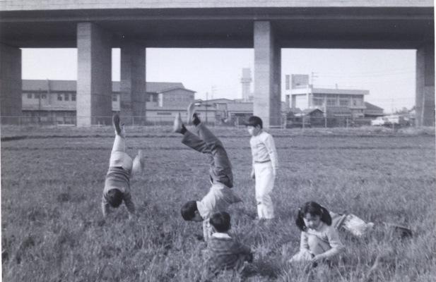 中央自動車道脇で遊ぶ子どもたち 1970(2)