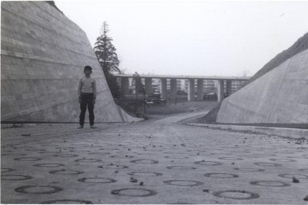 少年‐後方に中央自動車道 昭和40年代