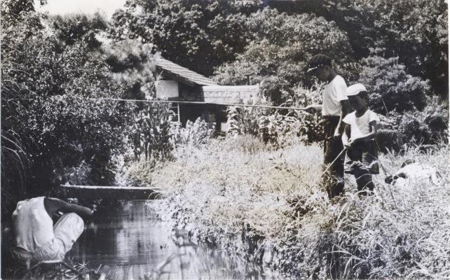 用水で釣りをする子どもたち 1956