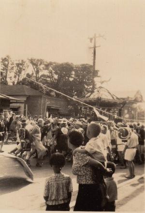 八坂の祭り - 宮神輿 - 有山重世家前 昭和10年代か